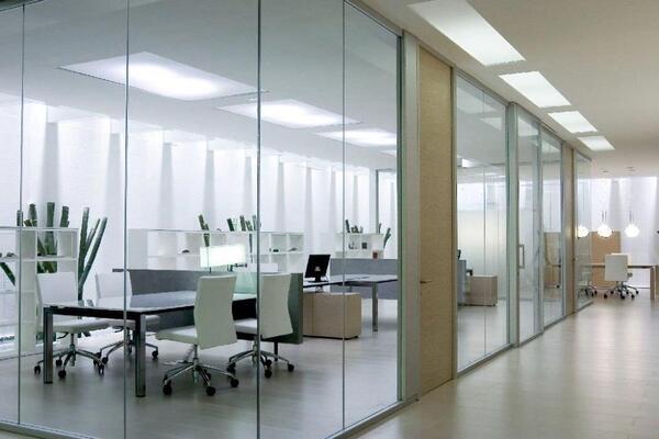 Sử dụng vách kính, tường kính sẽ giúp không gian thoáng đãng, rộng rãi hơn