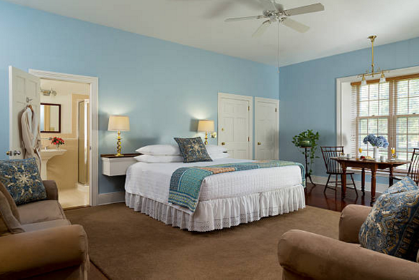 Không gian phòng ngủ được bố trí nhà vệ sinh với phong cách vintage lãng mạn