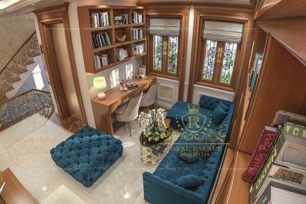Sofa màu xanh coban tạo điểm nhấn nổi bật cho phòng khách nhà kiểu Pháp