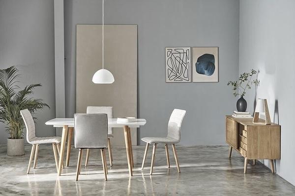 Phòng khách được tối giản với những đồ nội thất gọn nhẹ